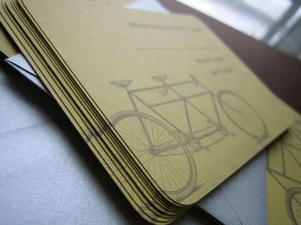 Một mẫu thiệp in hình xe đạp đôi mang vẻ cổ điển của Etsy' Kiss và Tell Cards.