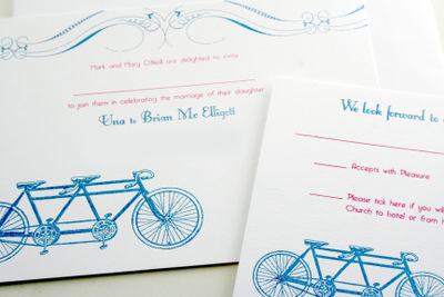 Hình ảnh chiếc xe đạp đôi màu xanh nổi bật trên nền thiệp cưới màu trắng.