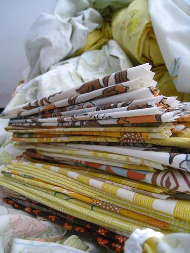 Ga trải giường với họa tiết mang nét cổ điển có thể được tái sử dụng để làm những chiếc khăn ăn.