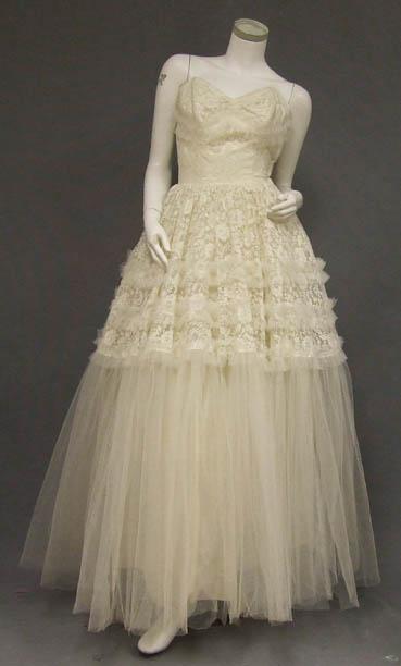 Một mẫu váy cưới cổ điển được bán trên Vintageous với giá chỉ $180!