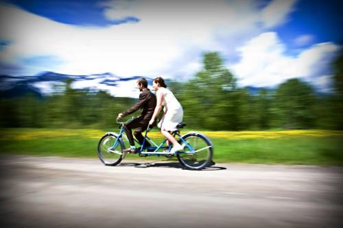 Chiếc xe đạp đôi cùng cô dâu- chú rể tạo thành một bức ảnh thật vui nhộn.