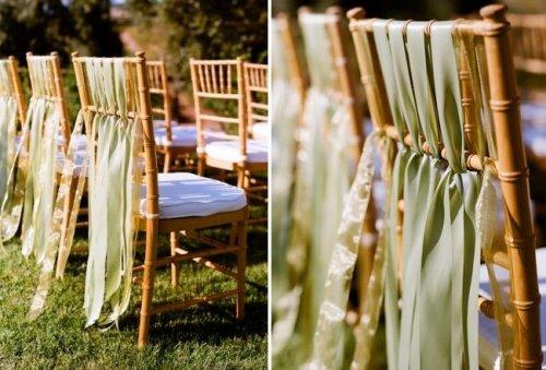 Những chiếc ghế tựa thêm phần sang trọng và lạ mắt với những dải ruy băng trang trí.