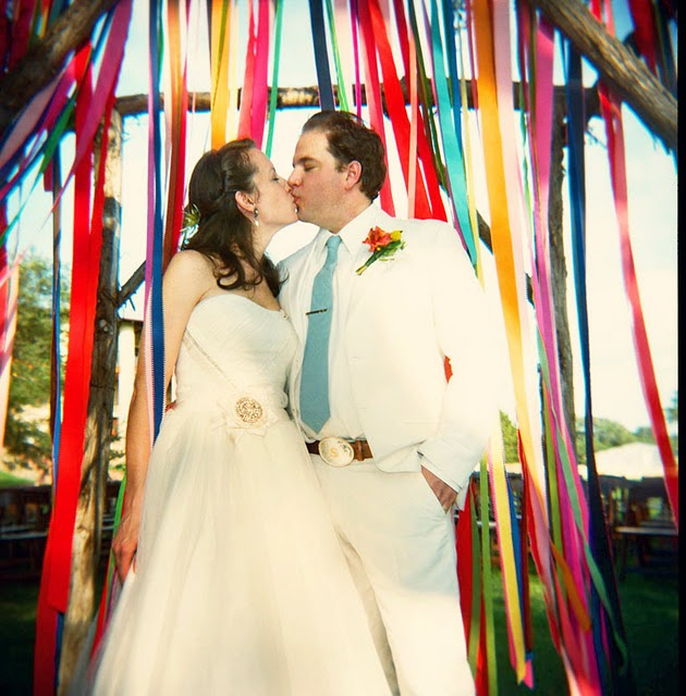 Những dải ruy băng đem lại màu sắc rực rỡ và sinh động cho đám cưới ngoài trời.