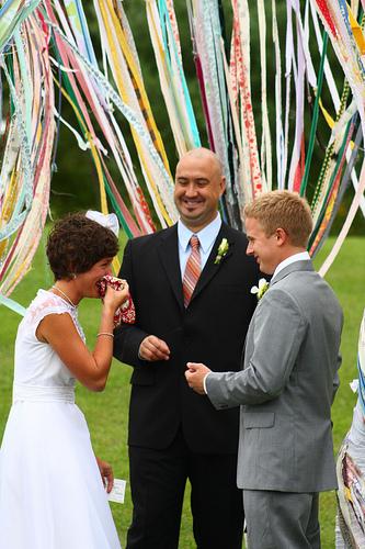 Dùng ruy băng trong trang trí tiệc cưới được xem là xu hướng mới nhất.