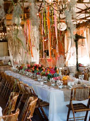 Treo những dây ruy băng rũ xuống bàn tiệc để mang lại nhiều màu sắc tươi vui.