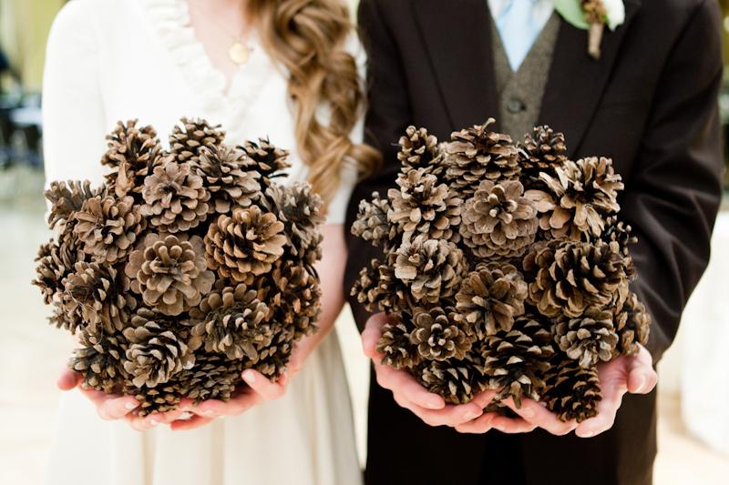 Và những mẫu hoa cầm tay được làm hoàn toàn từ những quả thông khô tưởng như bỏ đi.