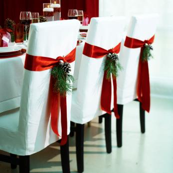 Những chiếc ghế tựa trong tiệc cưới cũng được trang trí với quả thông và những cành thông nhỏ.