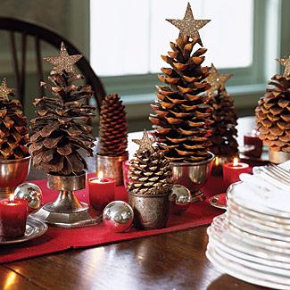 Trang trí bàn tiệc xinh xắn hơn với những cây thông mini.