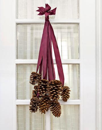 Một chùm quả thông được dùng để làm vật trang trí cửa ra vào.