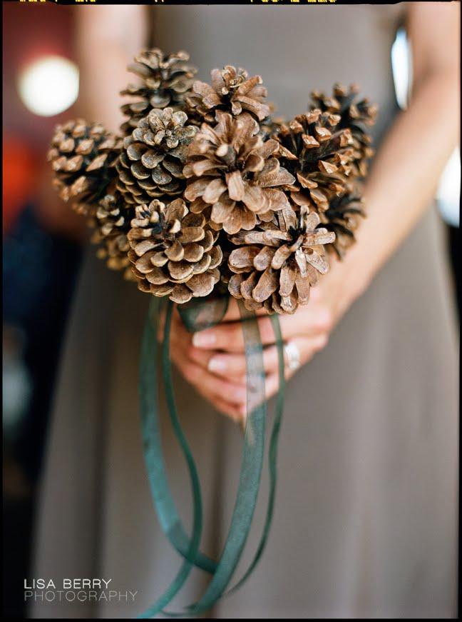 Bó hoa cầm tay từ quả thông mang lại cho cô dâu vẻ đẹp thanh nhã và tràn đầy sức sống.