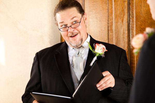 Một người bạn thân thiết của cô dâu và chú rể được mời đảm nhận vai trò chủ lễ.
