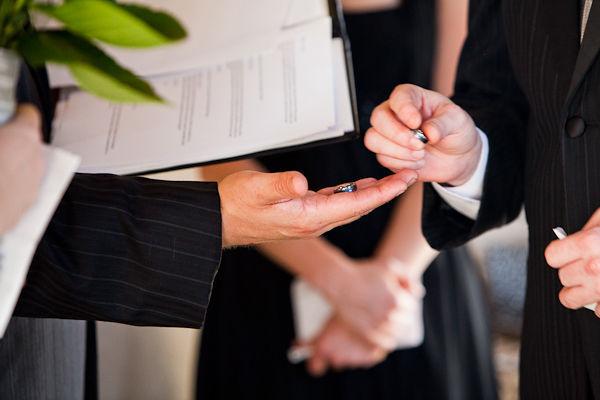 Những nghi thức truyền thống vẫn được thực hiện một cách đầy đủ trong lễ cưới.
