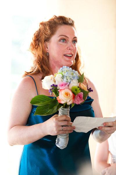 Cô dâu tự tin và hạnh phúc khi  đọc lời thề của mình trong nhà nguyện Dulcinea.