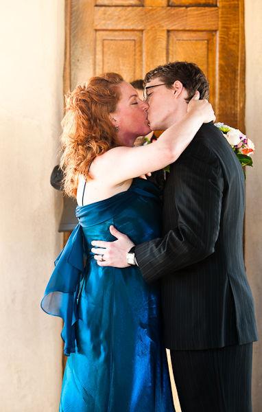 Cô dâu và chú rể trao nhau nụ hôn ngọt ngào và say đắm tại nhà nguyện Dulcinea, Austin.
