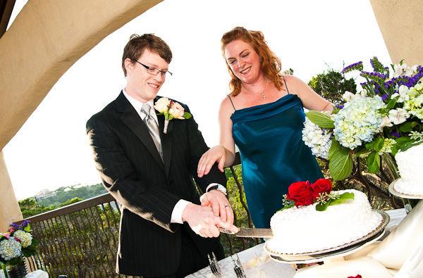 Cặp đôi thật ngọt ngào và vui vẻ khi cùng nhau thực hiện nghi thức cắt bánh cưới.