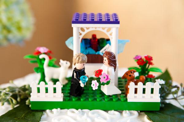 Mẫu xếp hình lego hình cô dâu- chú rể trở thành vật trang trí đẹp mắt và ý nghĩa ở đỉnh bánh cưới.