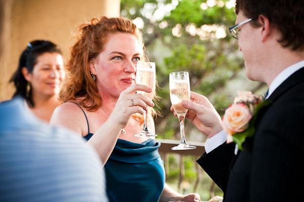 Cô dâu- chú rể và tất cả khách mời cùng nhau thưởng thức bữa tiệc sâm- panh ấm áp.