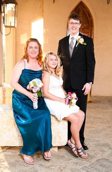 Hình ảnh hạnh phúc của chú rể Steve (26 tuổi) cùng cô dâu Kelly và con gái.