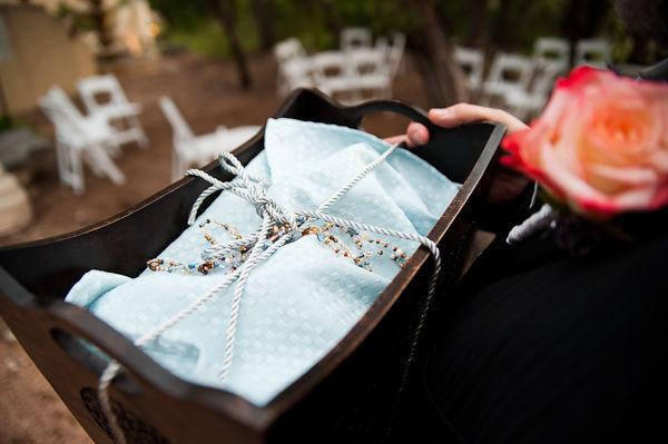 Một vật dụng trong nghi lễ tại nhà nguyện do chính cô dâu và chú rể lựa chọn.
