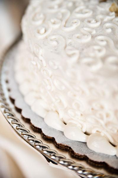 Chiếc bánh cưới đơn giản mà đẹp mắt được chuẩn bị tại nhà nguyện.