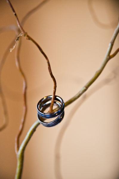 Cặp nhẫn cưới giản dị và phù hợp với ngân sách vốn có cũng như mong muốn của cặp đôi.