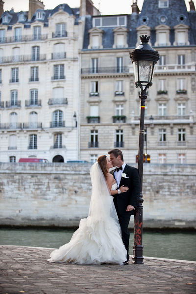bride and groom kissing in Paris