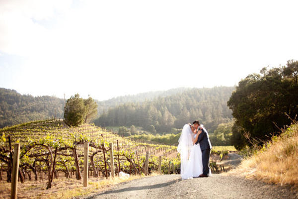 couple kissing in California Vineyard