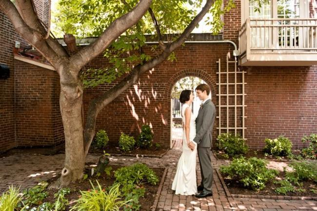 couple portrait in Philadelphia courtyard