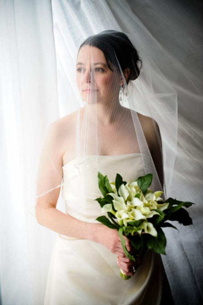 bride with calla lily bouquet