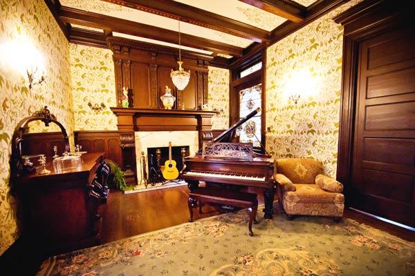 b&b parlor room