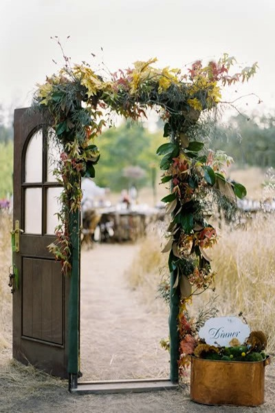 Vintage door wedding decor for Wedding door decorating ideas