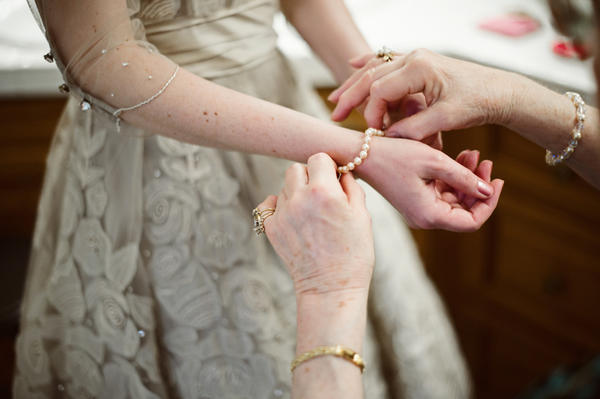 bride putting on her jewlery
