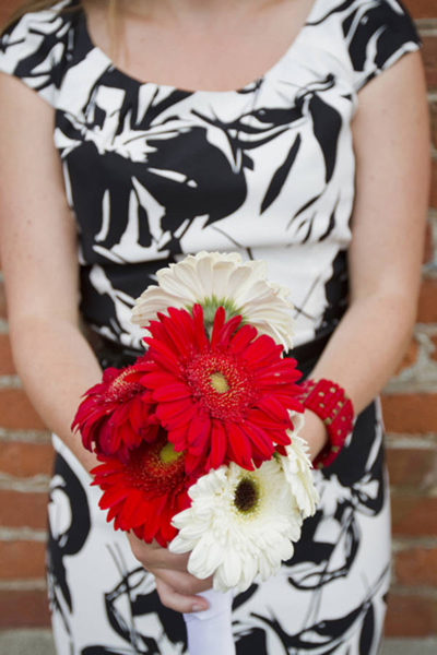 red and white gerber daisy bouquet