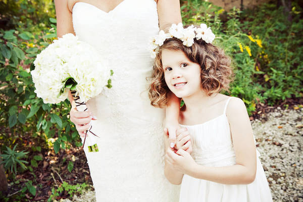 flower girl wearing daisy crown