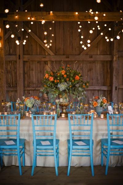 Tạo nên nét khác biệt cho đám cưới theo phong cách Barn Wedding bằng cách thêm vào những màu sắc thật bắt mắt.