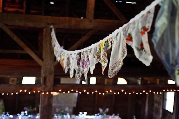 Những tấm vải nhiều màu là một ý tưởng tuyệt vời cho tiệc cưới lãng mạn đầy màu sắc.