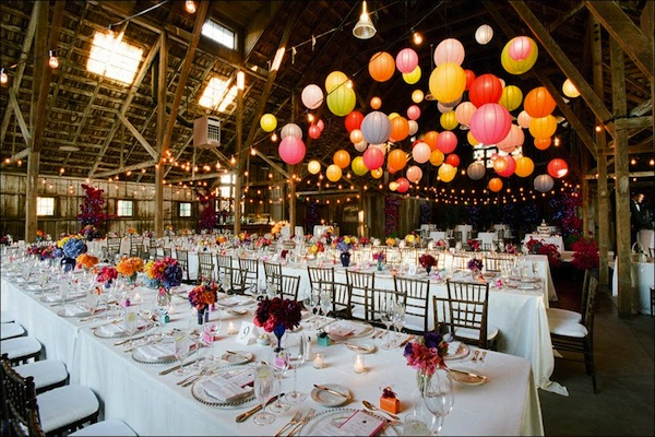 Tiệc cưới trong một nhà kho tràn đầy những màu sắc tươi vui và thu hút.
