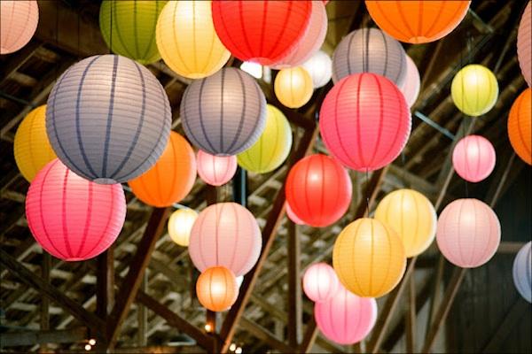 Có thể treo những chiếc đèn lồng với nhiều màu sắc khác nhau để tăng thêm phần độc đáo cho không gian.