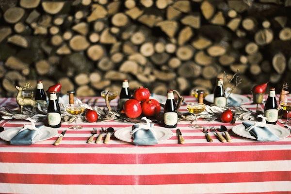 Khăn trải bàn kẻ sọc ngang với hai màu trắng- đỏ nổi bật là cách đưa thêm màu sắc vào tiệc cưới.