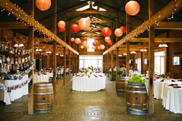 Những chiếc đèn lồng đỏ khá hợp với màu sắc trung tính bên trong nhà kho gỗ.