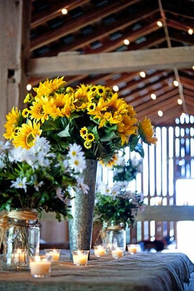 Màu sắc của hoa trong tiệc cưới là một yếu tố quan trọng để bạn cân nhắc lựa chọn .màu sắc cho những vật dụng khác.