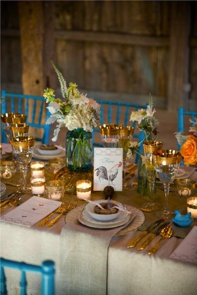 Màu sắc nổi bật của những chiếc ghế, hay những dụng cụ ăn tăng thêm vẻ tinh tế và sang trọng cho tiệc cưới.