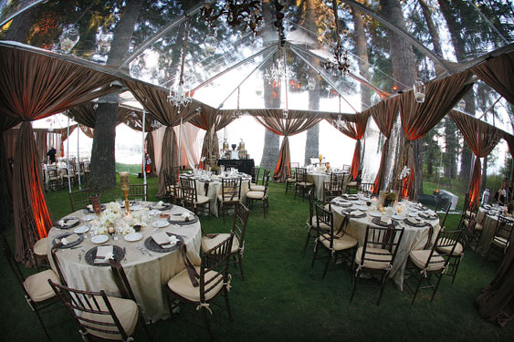I had no idea that clear tents even existed until I saw one on Pinterest the other day. What a brilliant concept as an outdoor wedding venue! & Outdoor Wedding Venues: The Clear Tent