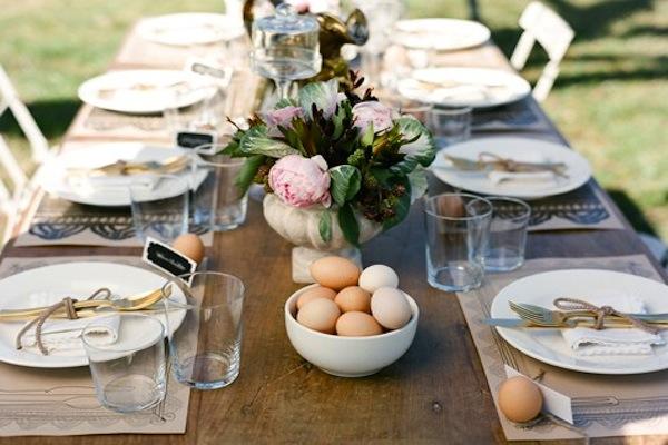 Những quả trứng có thể được dùng như những vật trang trí lạ mắt cho bàn tiệc.