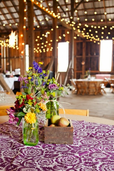 Khăn trải bàn với hoa văn nổi bật chắc chắn sẽ thu hút sự chú ý của khách mời.