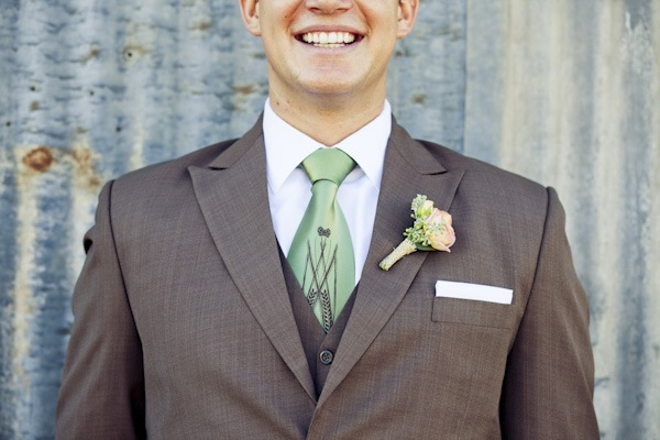 groom in brown suit with green tie