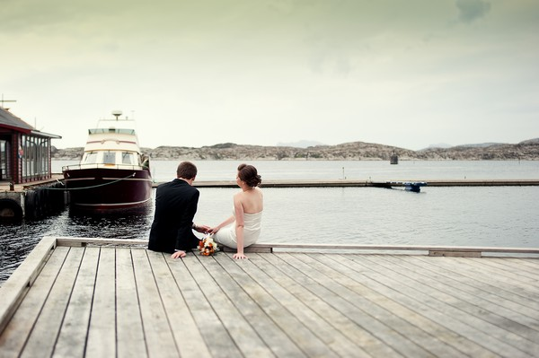 bride and groom in Norway by the sea