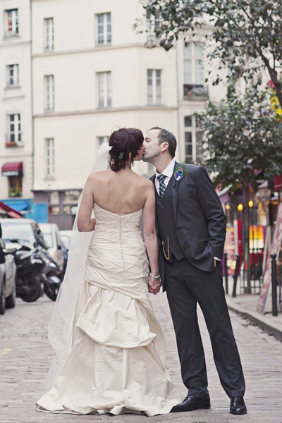 bride and groom kissing on Paris street
