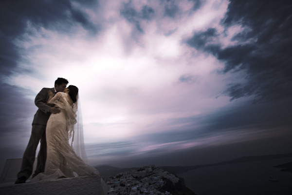 bride and groom kissing in Santorini