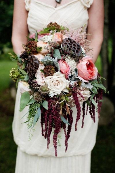 Một mẫu hoa cầm tay cô dâu kết hợp hài hòa nhiều màu sắc nhưng vẫn mang đậm chất Victorian Steampunk.